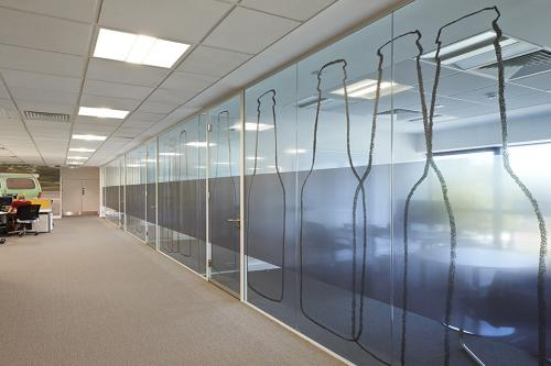Frameless glass partition system with graphic manifestation